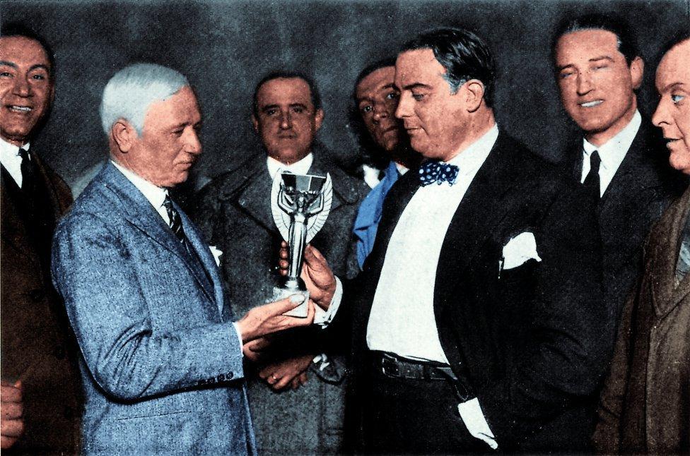 Jules Rimet entregando el trofeo (con su nombre) a Raúl Jude, presidente de la Asociación Uruguaya de Fútbol
