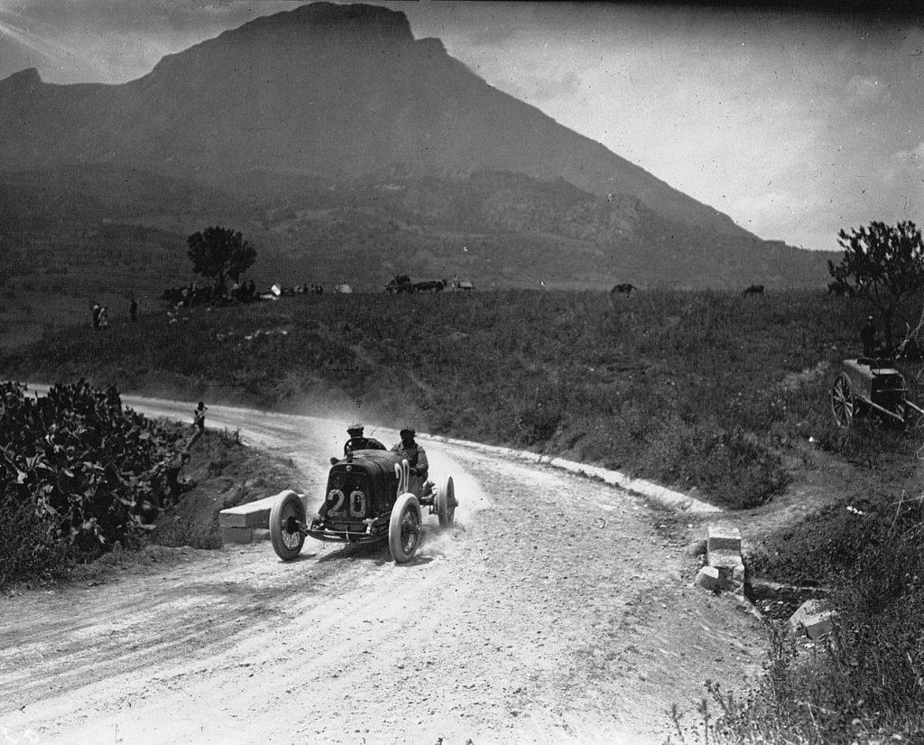 Enzo conduciendo un Alfa Romeo en 1921