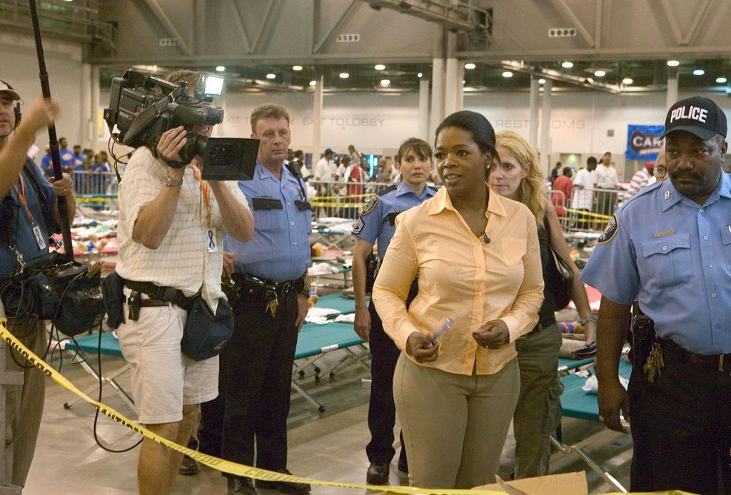 Oprah Winfrey visitando a víctimas del huracán Katrina
