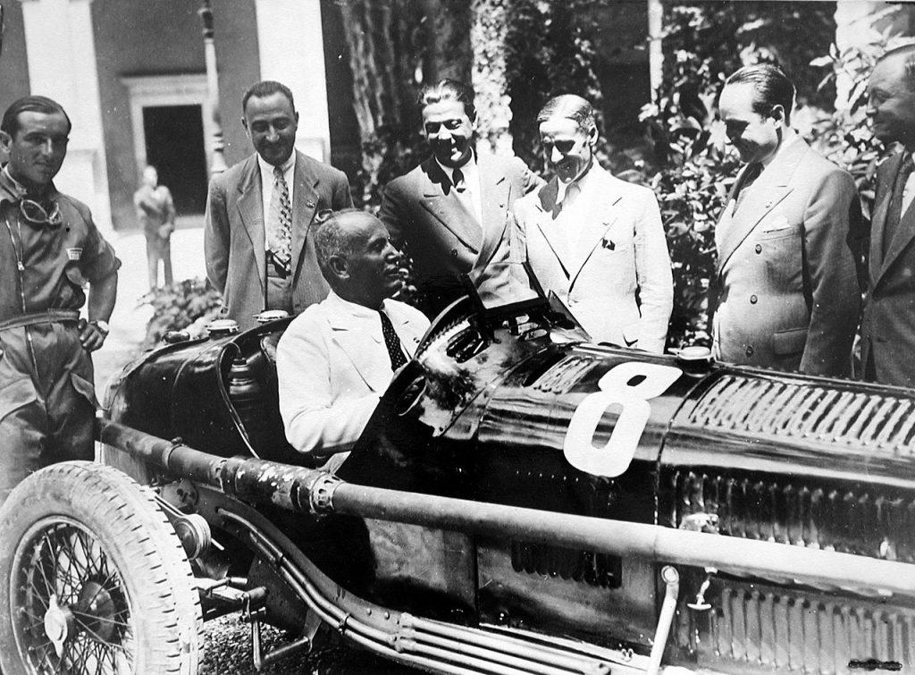 Benito Mussolini en un Alfa Romeo