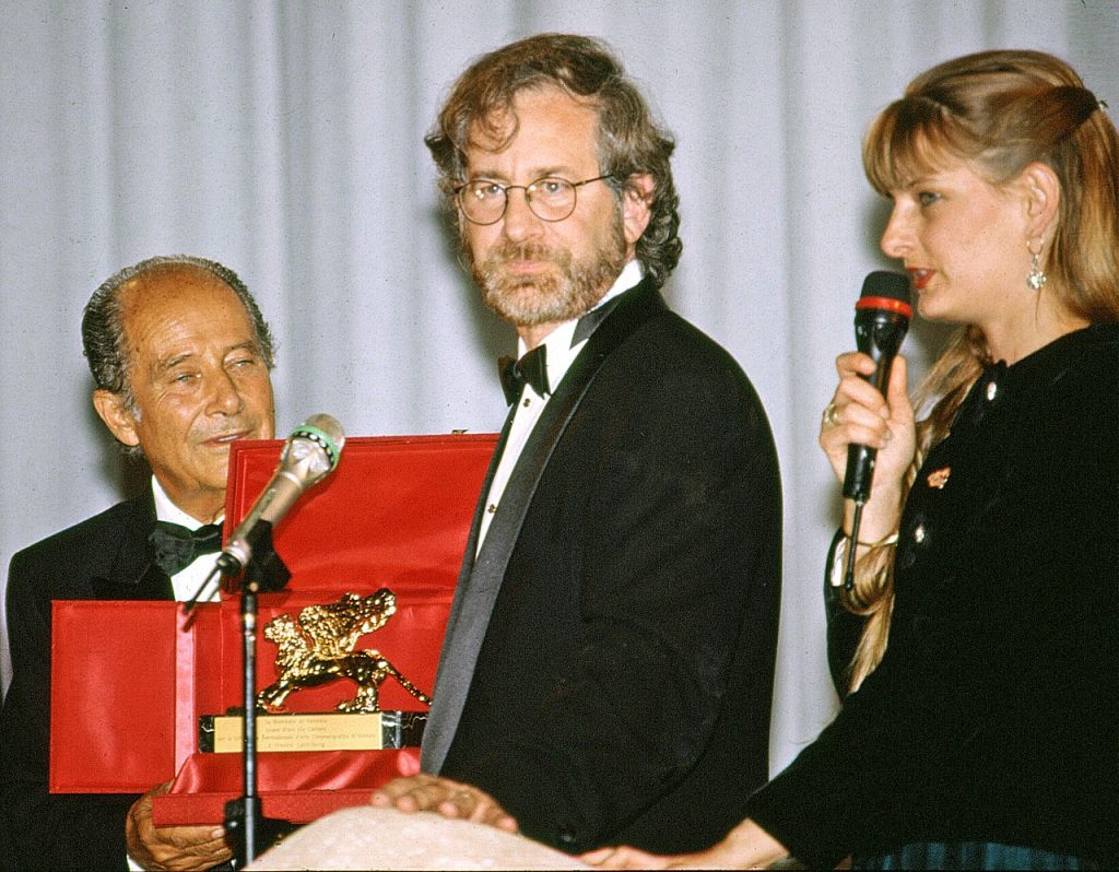 Steven Spielberg recibiendo un León en el Festival de Cine de Venecia en el año 1993