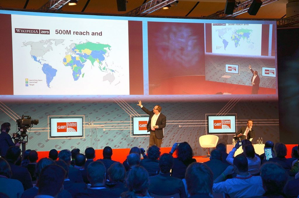 Jimmy Wales en el escenario de las Conferencias CeBIT Global 2014
