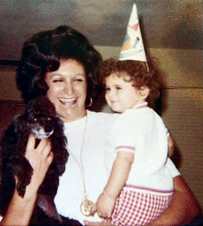Marcus Lemonis en los brazos de su madre adoptiva