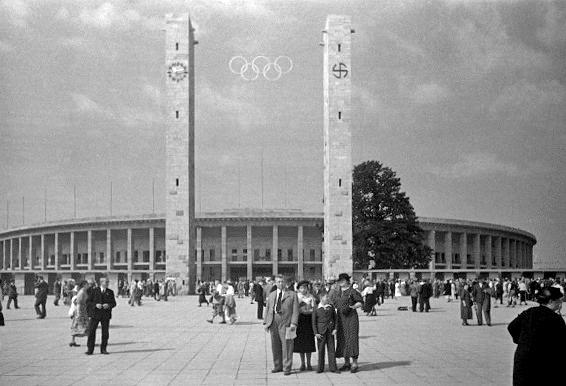 Entrada al estadio Olímpico de Berlín, 1936 | vía: wikimedia.org