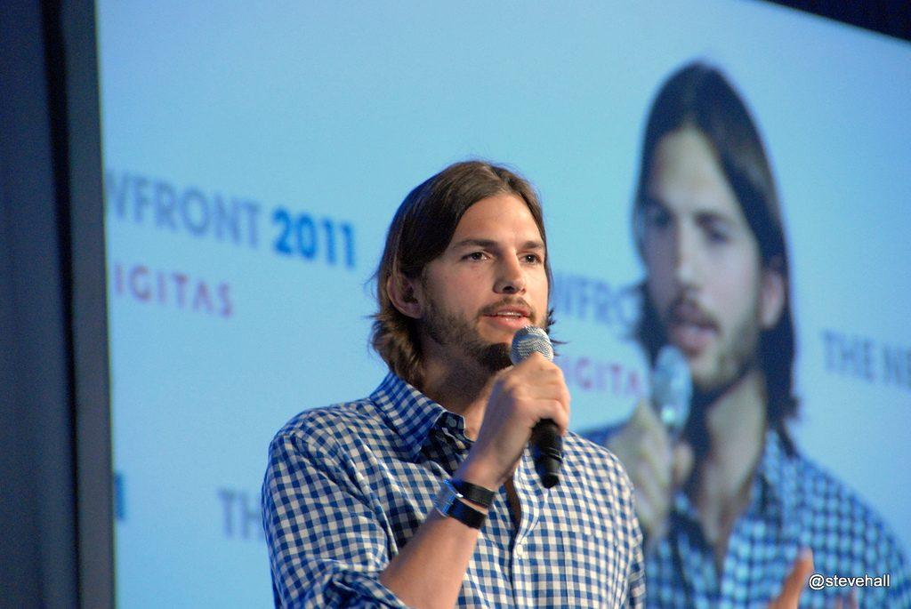 """Ashton Kutcher presentando """"Digital Rant"""" en agosto de 2011"""