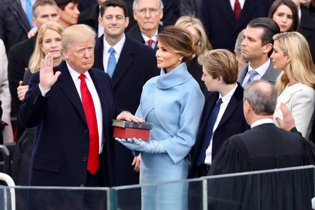 Donald Trump, junto a su esposa Melania y varios de sus hijos