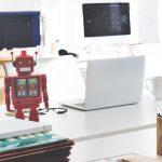 Robot de juguete en sala de computadoras