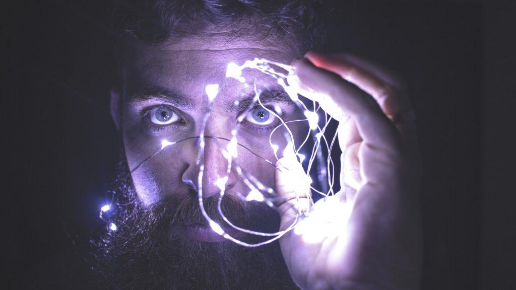 Hombre con luces en la mano