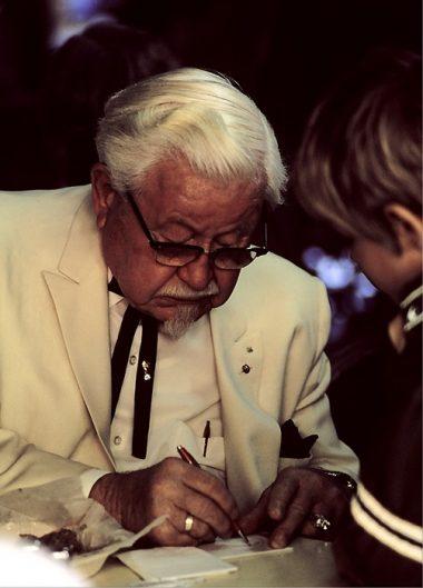 El Coronel Sanders firmando un autógrafo a un niño en 1974