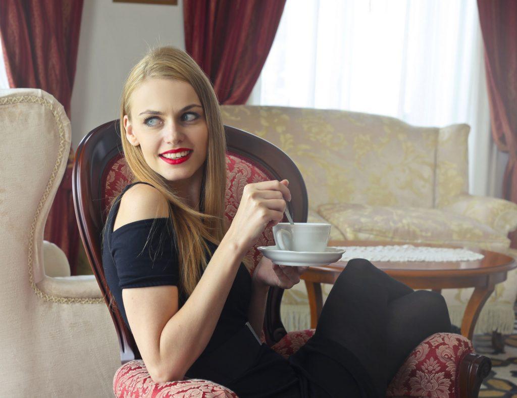 Mujer rica tomando café