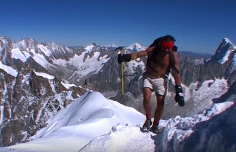 Wim Hof escalando en short el Monte Kilimanjaro