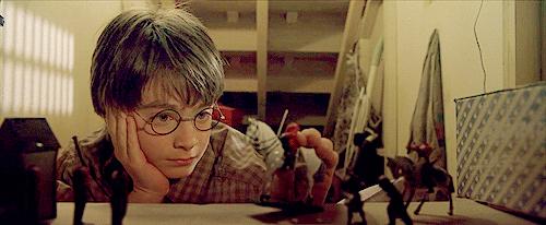 Harry Potter jugando debajo de la escalera