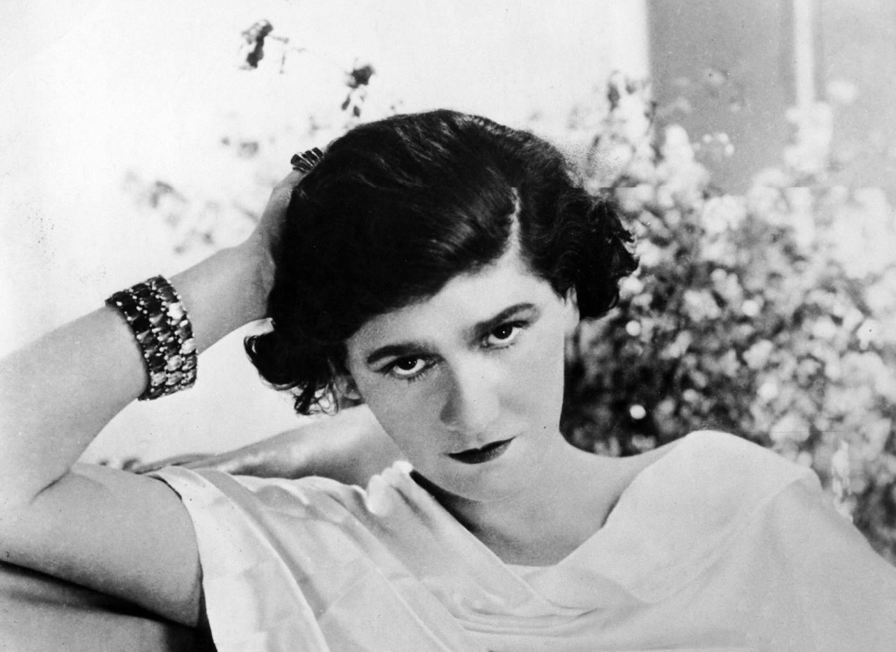 a836a167d Con su estilo característico, Coco Chanel creó diseños muy creativos y  atemporales que siguen siendo populares hoy en día, los cuales han dado  base a un ...