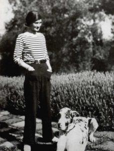 Coco Chanel junto a su perro