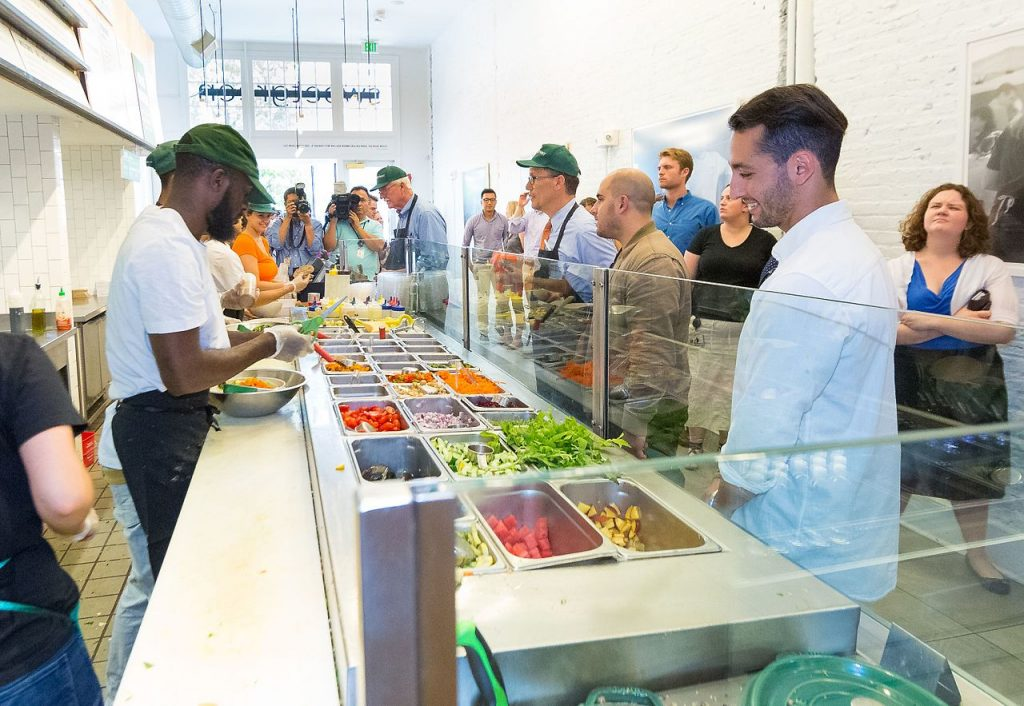 George Miller y Thomas Perez almorzando en Sweetgreen con os cofundadores