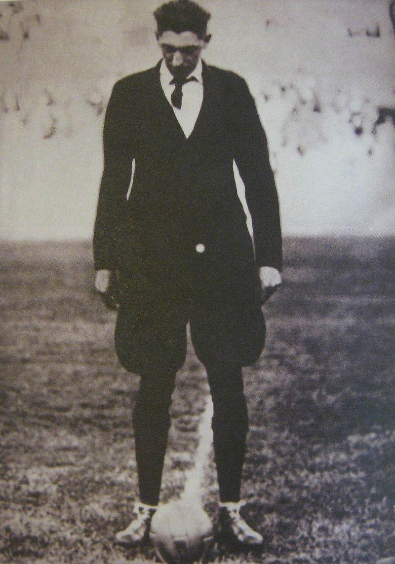 John Langenus, árbitro de la primera final, con traje y corbata