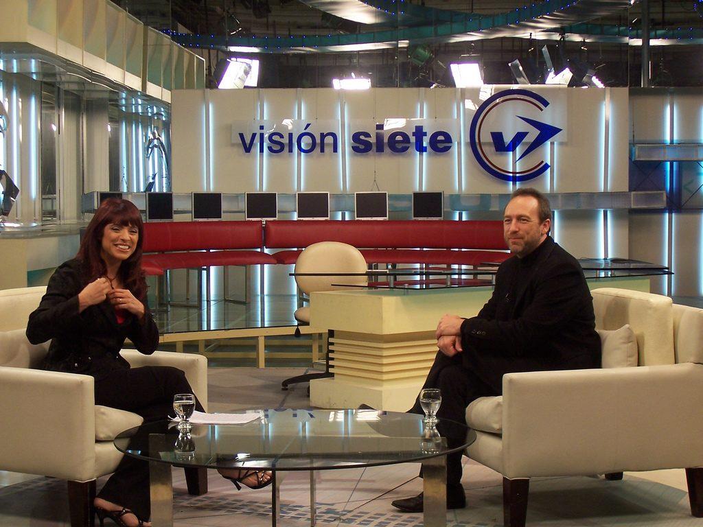 Rosario Lufrano entrevistando a Jimmy Wales en el Canal 7