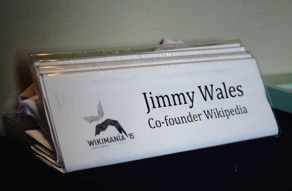 Identificación de Jimmy Wales en el evento Wikimania 2015