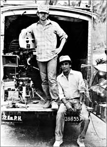 Steven Spielberg y Chandran Rutnam en un lugar en Sri Lanka durante el rodaje de Indiana Jones y el Templo de la Perdición.
