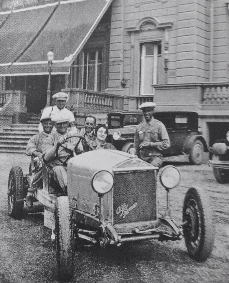 Tazio Nuvolari al volante de un antiguo modelo Alfa Romeo con Enzo Ferrari