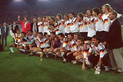 Selección alemana celebrando la victoria en el Mundial de 1990
