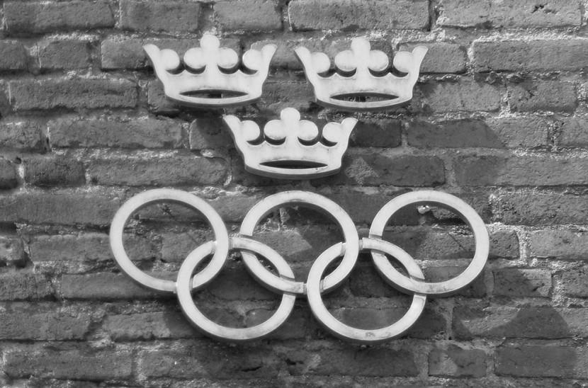 Aros olímpicos a la entrada del estadio Olímpico de Estocolmo, inaugurado por el rey Gustavo V de Suecia en el año 1912