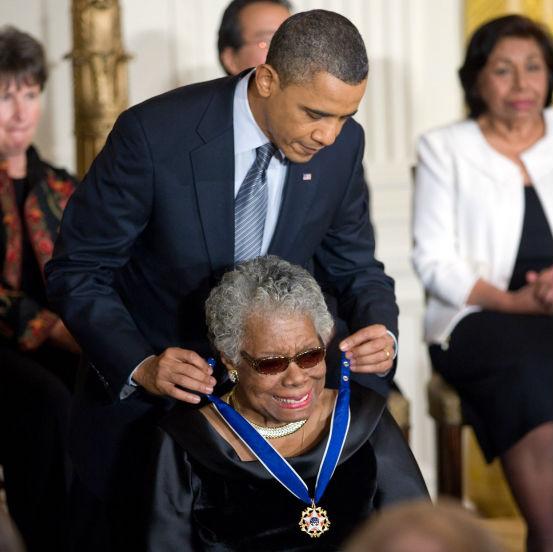 Maya Angelou recibiendo la Medalla Presidencial de Libertad