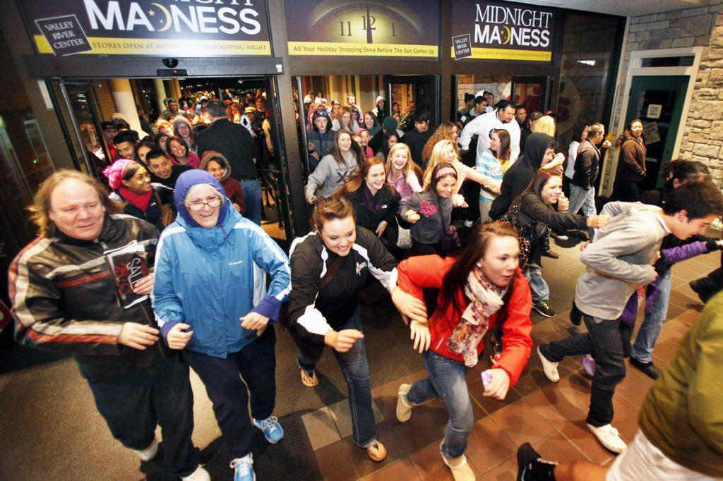 gente en fila para comprar en black friday