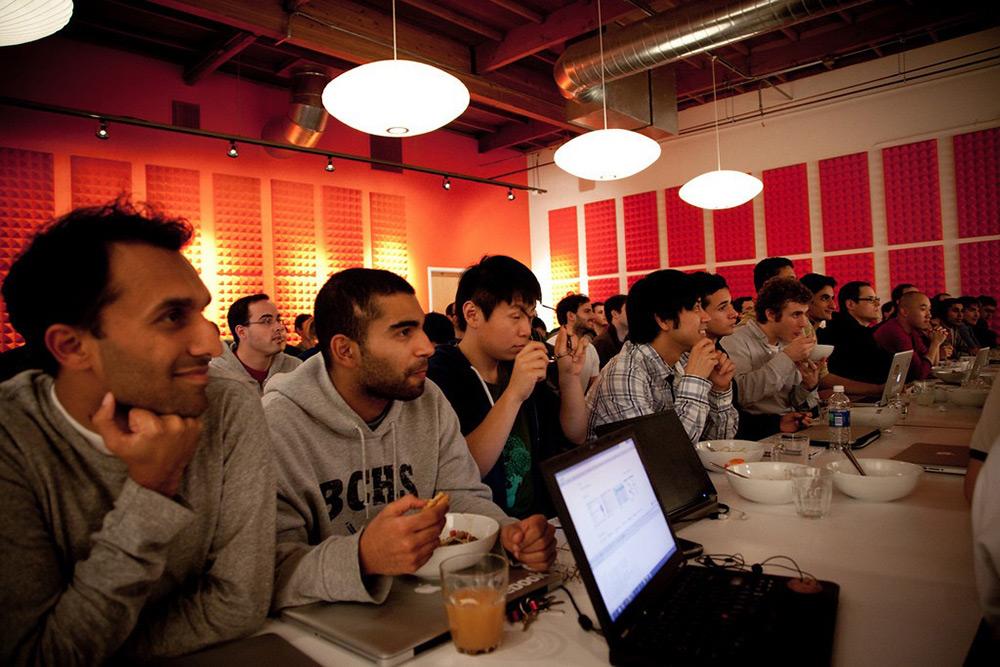 Fundadores cenando con expertos de Silicon Valley en Y Combinator