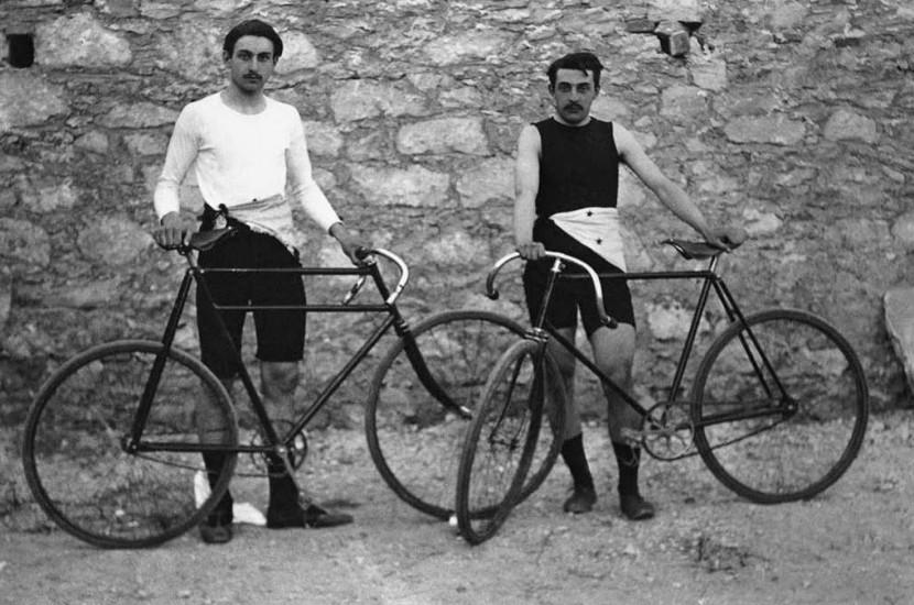 Los franceses Léon Flameng (izq.) y Paul Masson ganaron cuatro eventos de ciclismo. | Vía: Wikipedia