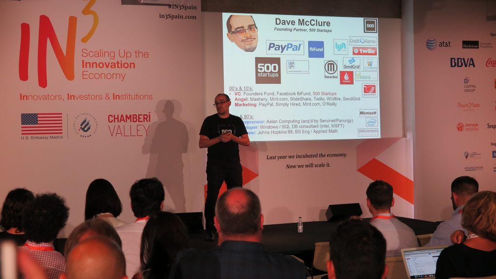 David McClure fundador de 500 Startups dando una charla en la Conferencia IN3 para emprendedores