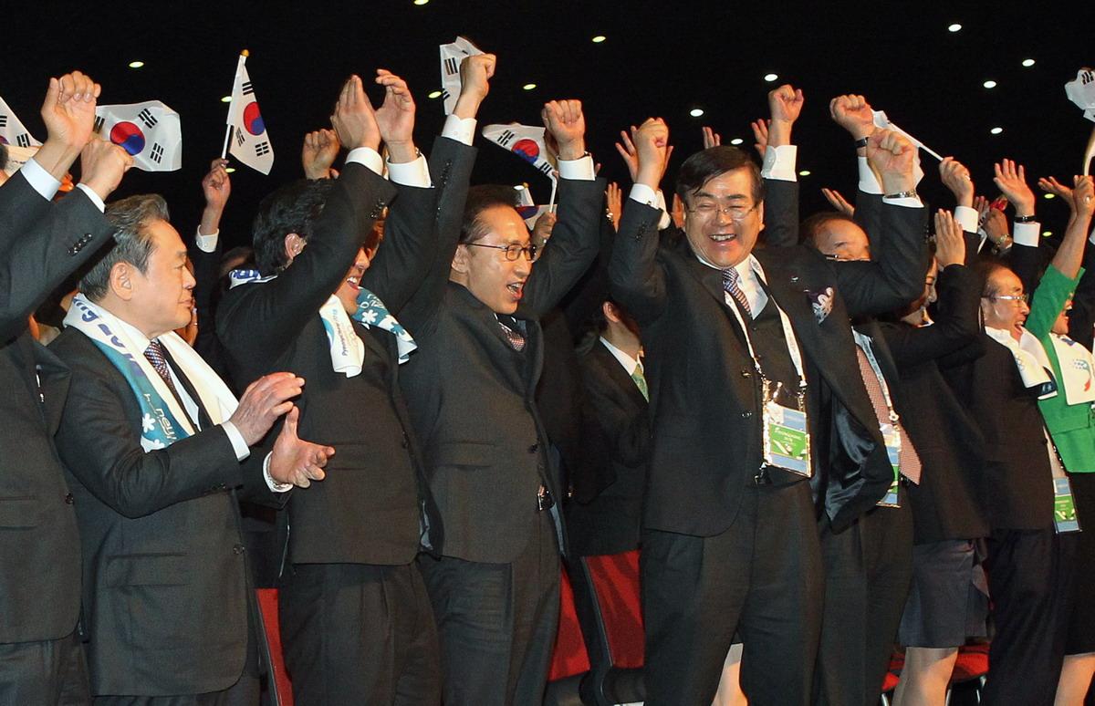 Lee Kun-hee celebrando la elección de Corea del Sur como anfitrión de los Juegos Olímpicos en 2018