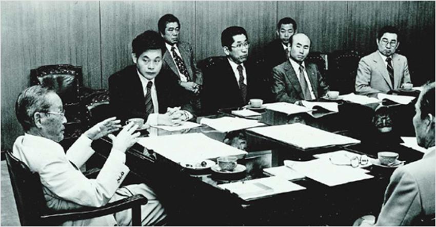 Lee Byung-chul en una reunión con su hijo Lee Kun-hee y el resto del equipo de Samsung
