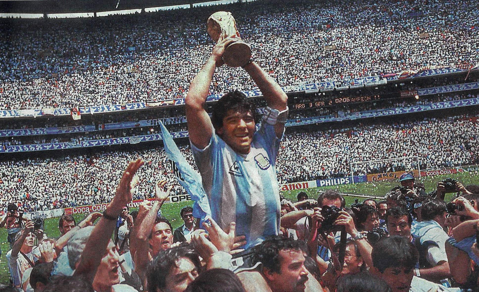 Maradona alzando la Copa del Mundo en 1986