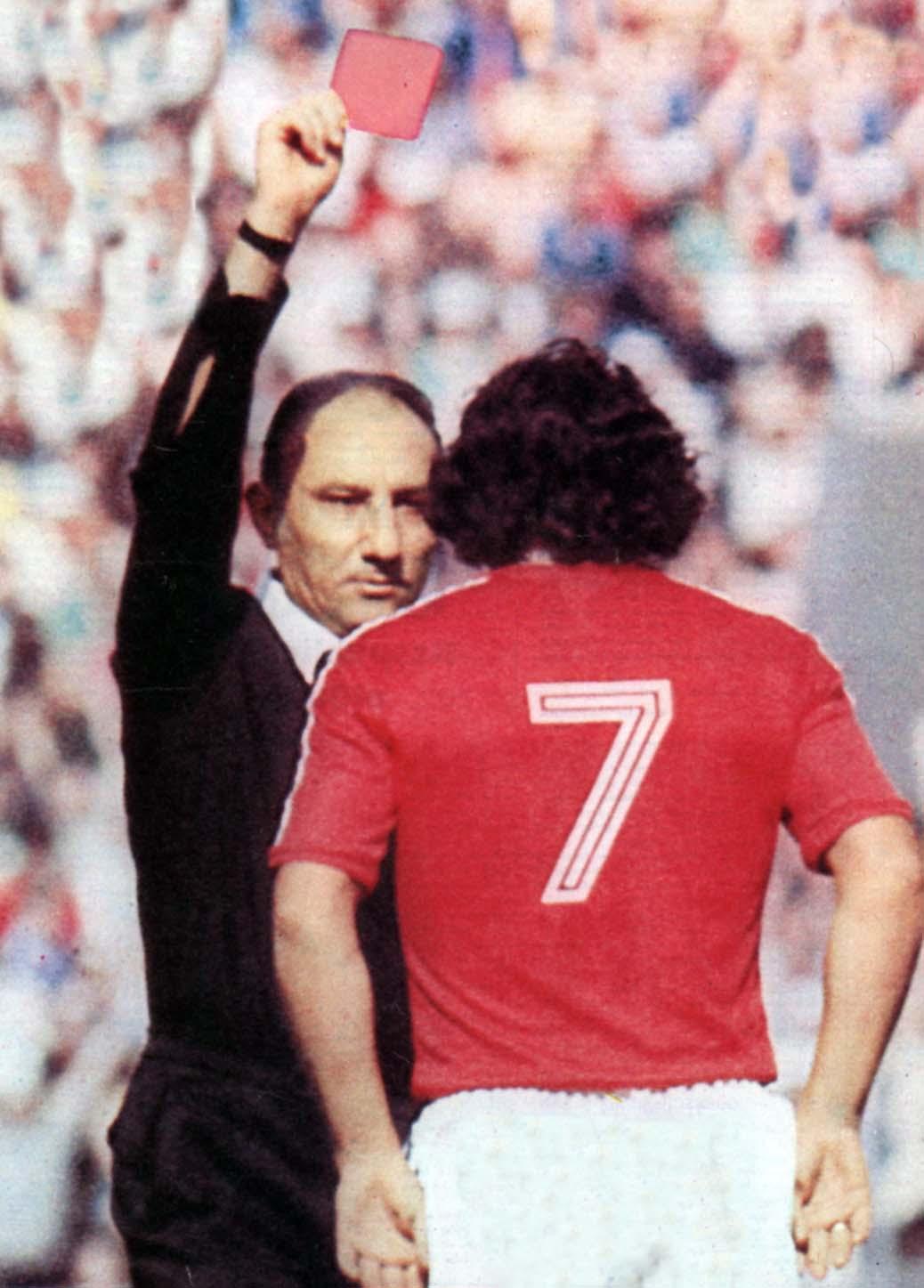 Primera tarjeta roja de la historia de los mundiales, sacada por el árbitro turco Dogan Babacan al chileno Carlos Caszely