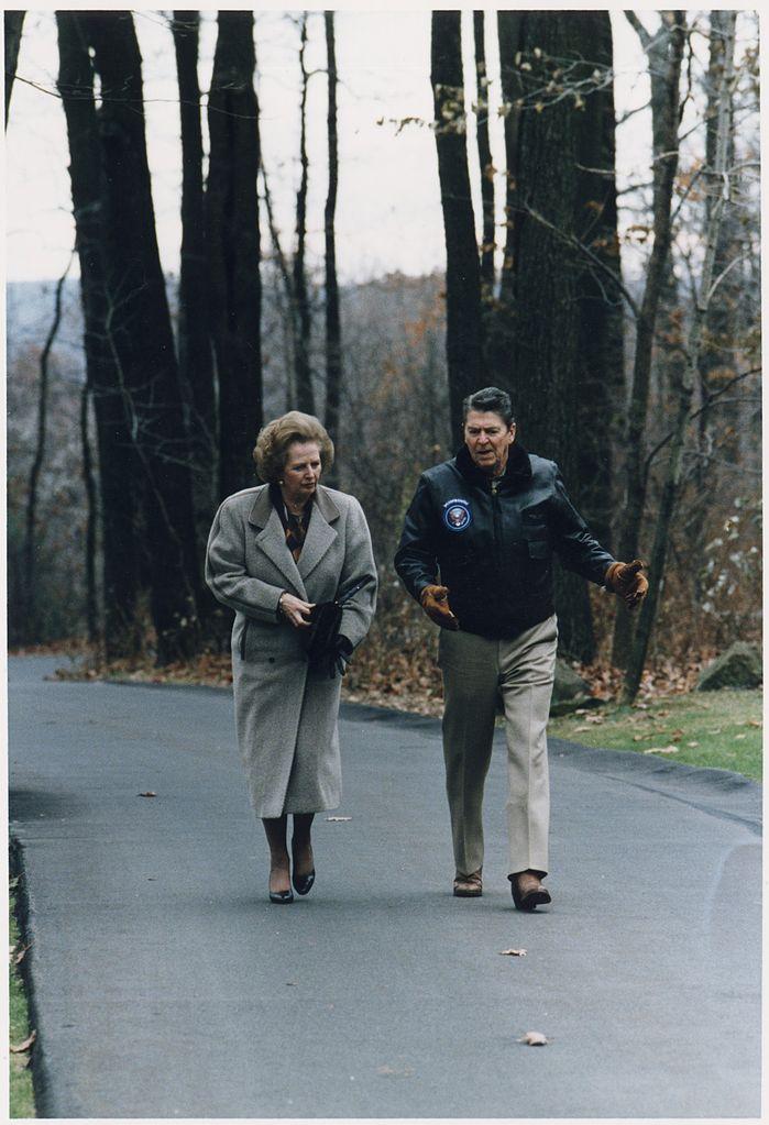 Margaret Thatcher y Ronald Reagan caminando en Camp David 1986