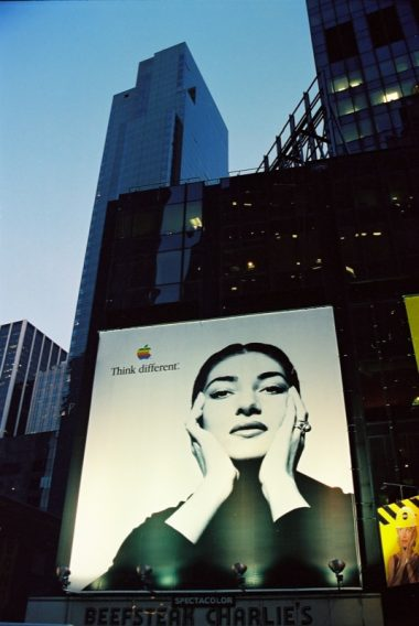 Poster de think different en New York