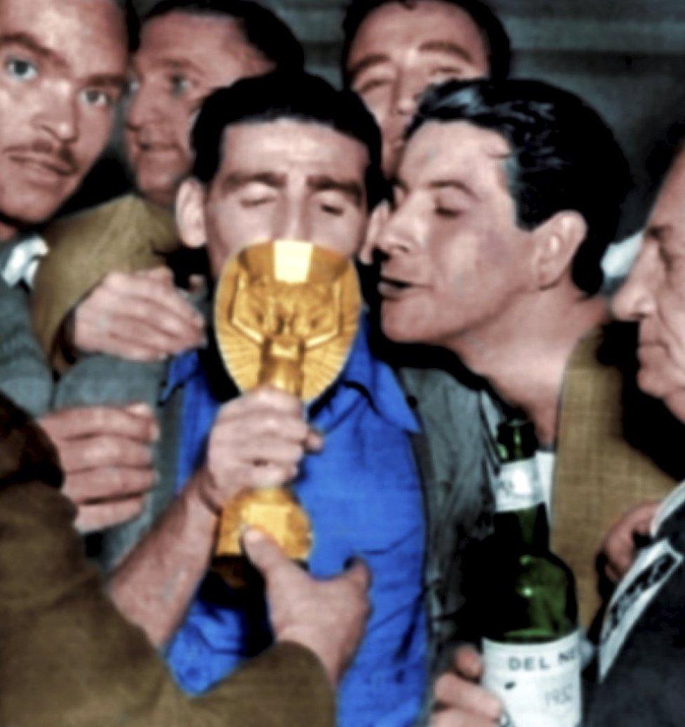 Matías Gambetta y Britos besan el trofeo